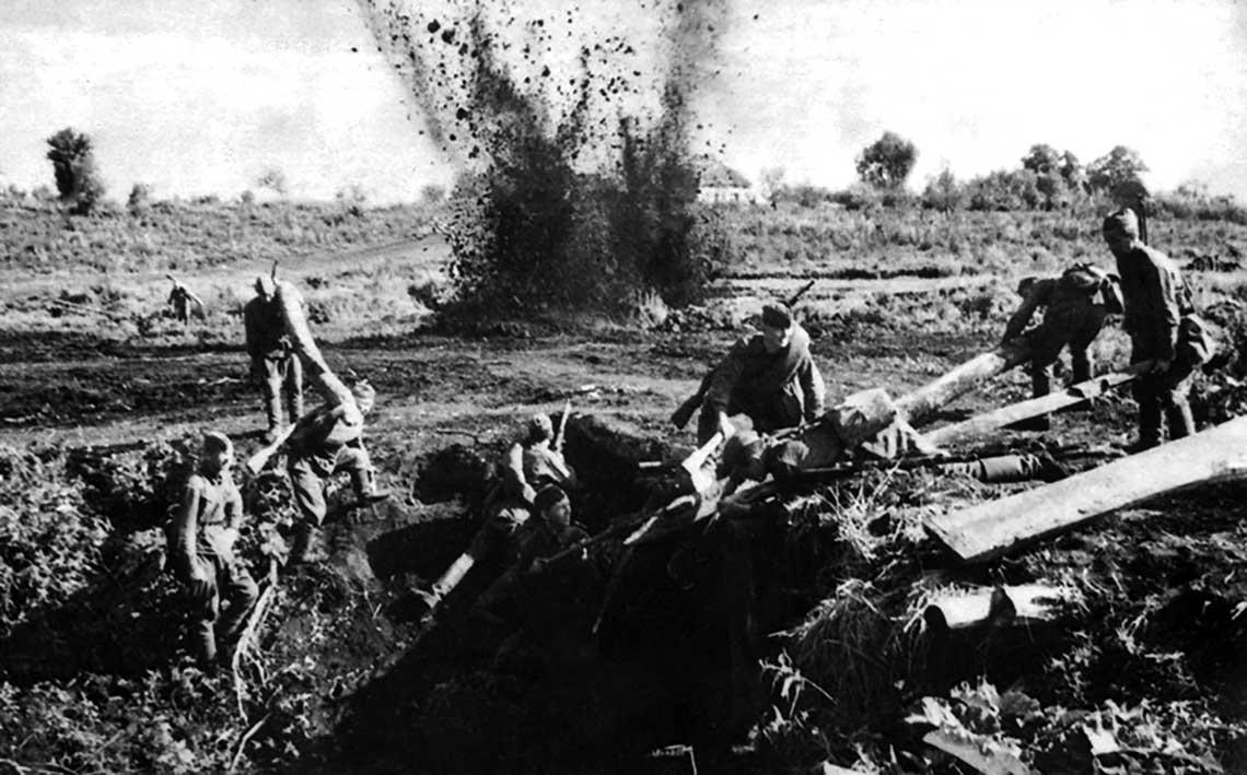 Pododdział sowieckich saperów naprawia uszkodzony most pod ogniem przeciwnika; Front Centralny.