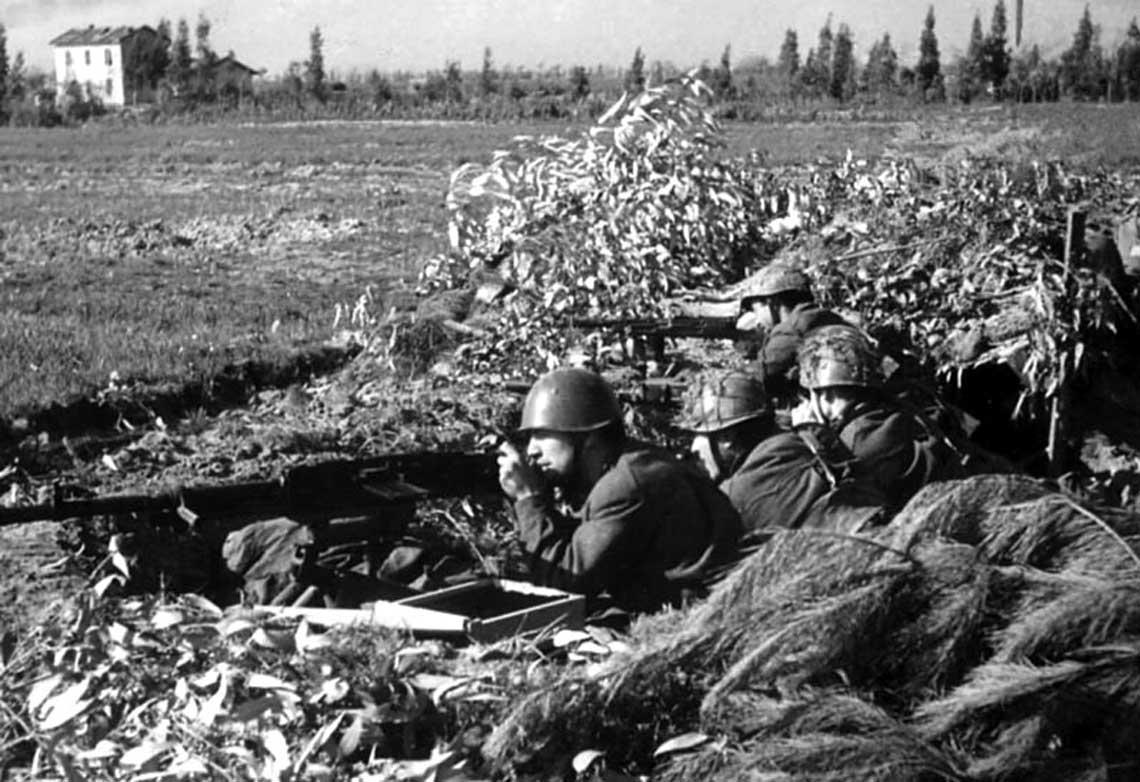 Zamaskowane stanowisko karabinu maszynowego piechoty RSI. Włoscy specjaliści od stawiania zasłon dymnych i ochrony portów w Gdyni i Gdańsku we wrześniu 1943 r. stali się jednostką nowej armii Mussoliniego. W 1945 r. musieli oni stawić czoło Armii Czerwonej.