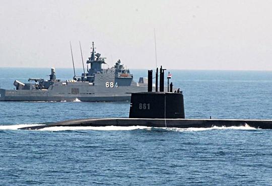 S41, prototypowy okręt podwodny typu 209/1400Mod, wdrodze do Aleksandrii weskorcie F. Zekry`ego typu Ambassador MkIII. Egipt jest drugim państwem arabskim dysponującym nowoczesnymi siłami podwodnymi, co wzbudziło niezadowolenie ze strony Izraela. Co ciekawe, obecnie wstoczni tkMS wKilonii wciąż równolegle powstają okręty podwodne dla obu tych państw.