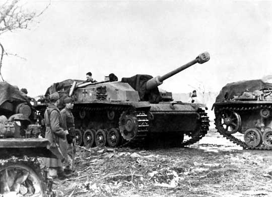 Niemieckie działo samobieżne StuG III jednej z brygad dział szturmowych w trakcie uzupełniania amunicji, podczas walk o rzekę Mius; 1943 r.
