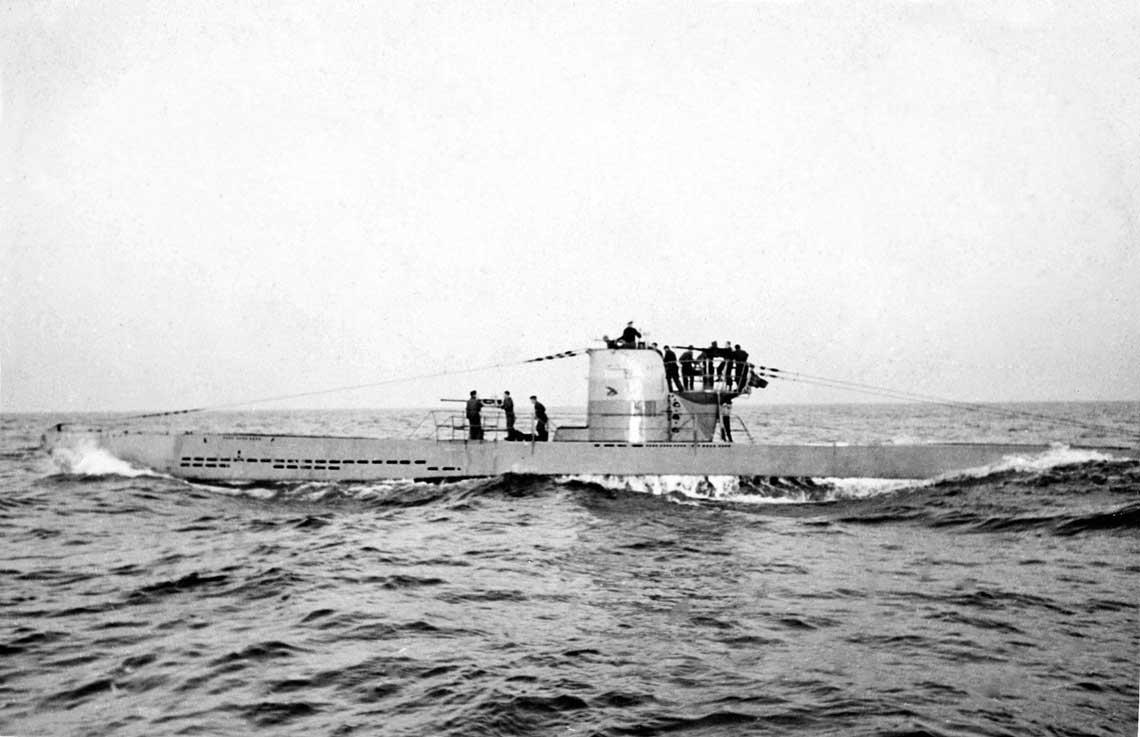 U23 na Morzu Czarnym w 1943 r. Uwagę zwraca uzbrojenie artyleryjskie: armaty kal. 20 mm na pokładzie przed kioskiem i na platformie obudowy kiosku. Jej górna część była pomalowana na żółto w celu szybkiej identyfikacji.