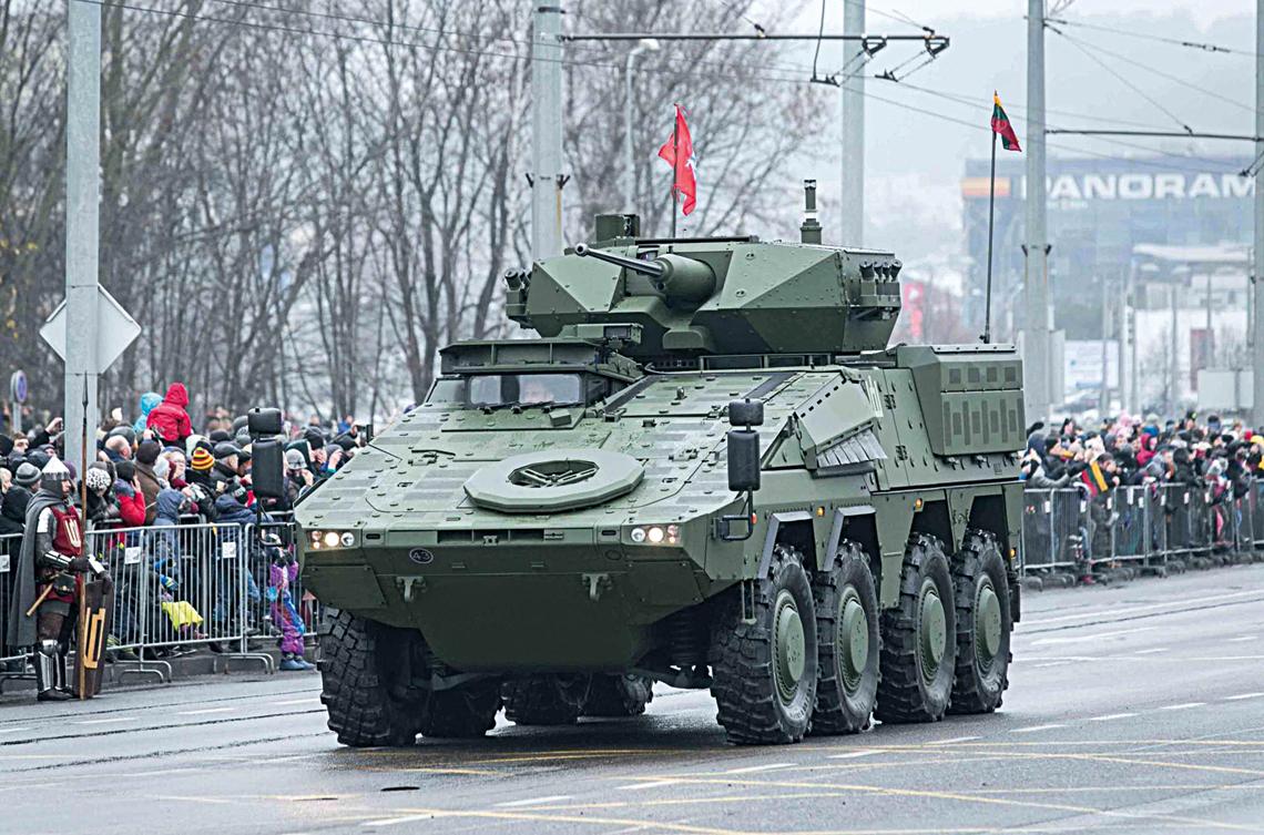 Jeden zprototypowych/przedseryjnych kołowych bojowych wozów piechoty Vilkas podczas defilady 24 listopada 2018 r. wWilnie zokazji setnej rocznicy powstania Litewskich Sił Zbrojnych.
