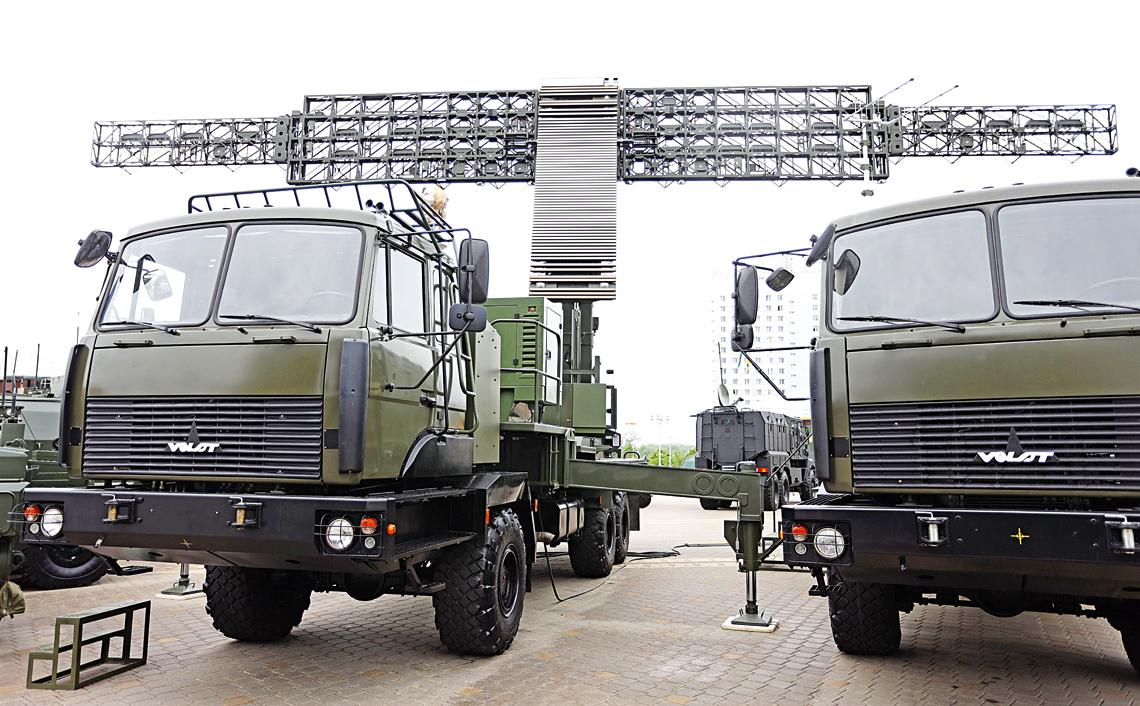 Pojazd antenowy trójwspółrzędnego radaru ostrzegawczego Wostok-3D białoruskiej firmy KB Radar.
