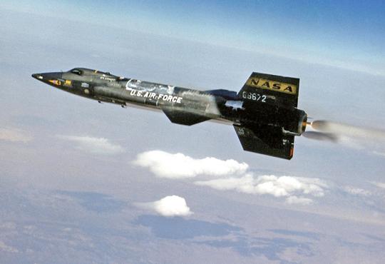 Samolot doświadczalny X-15A wsamodzielnym locie docelowo napędzał silnik rakietowy na paliwo ciekłe (bezwodny amoniak iciekły tlen jako utleniacz), sterowanie było kombinowane – powierzchnie sterowe do lotu już beznapędowego (zniżanie wtroposferze) ipoprzeczne miniaturowe silniki rakietowe na nadtlenek wodoru używane podczas hipersonicznego lotu wstratosferze.