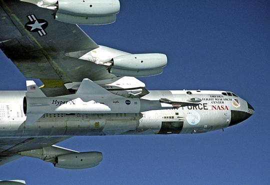 X-43A razem ze zmodyfikowanym rakietowym przyśpieszaczem Pegasus pod skrzydłem B-52B. Dobrze widać proporcje hipersonicznego aparatu względem wynoszącej go rakiety. Dużo kłopotów sprawiło skonstruowanie stożkowego łącznika między X-43A aPegasusem.