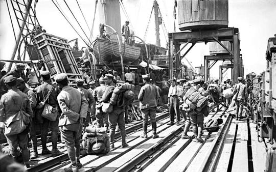 15 maja 1919 r. wojska greckie wylądowały w Smyrnie (dziś miasto to nazywa się Izmir), gdzie były entuzjastycznie witane przez miejscową ludność.