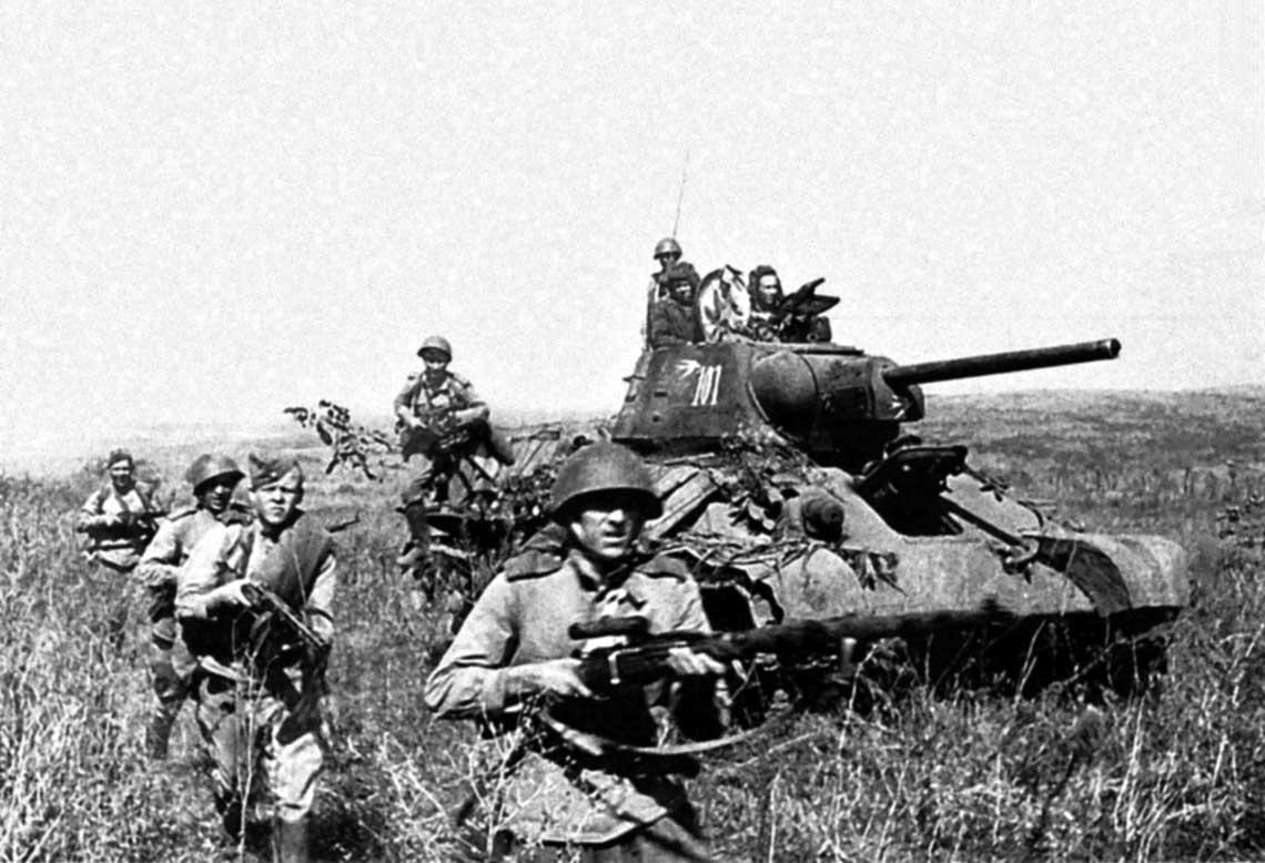 Radzieccy fizylierzy w natarciu z czołgiem-miotaczem ognia ОТ-34.