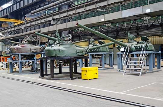 """Wostatnich latach wZakładach Mechanicznych """"BUMAR-ŁABĘDY"""" S.A. iWojskowych Zakładach Motoryzacyjnych S.A. wPoznaniu przeprowadzono remonty różnych poziomów kilkudziesięciu czołgów T-72M1."""