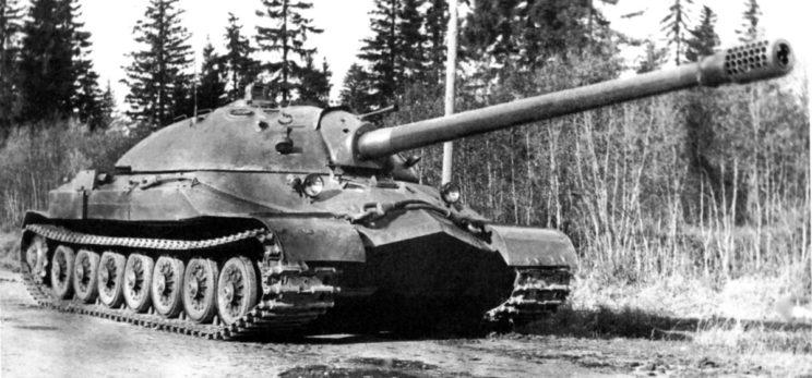 IS-7 z 1948 r. w widoku od przodu.