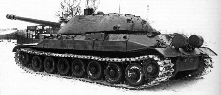 IS-7 w widoku z boku , dobrze widoczny zabudowany na burcie kadłuba kursowy karabin maszynowy kal. 7,62 mm.