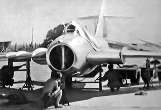 Również 1F01-02 w ITWL. Na zdjęciu: samolot na stanowisku badawczym bez wypuszczonego podwozia podczas prowadzenia pomiarów.