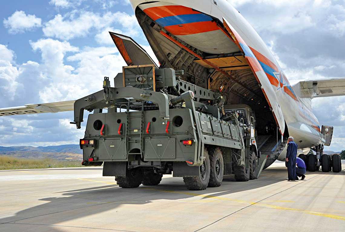 Pojazd transporotwo-załadowczy 22T6E do przeładowywania wyrzutni systemu S-400 wyjeżdża 12 lipca zładowni Iła-76MD rosyjskiego Ministerstwa ds. Sytuacji Nadzwyczajnych. Wrogach emblematy tureckiego dywizjonu S-400 autorstwa Ömera Erkmena.