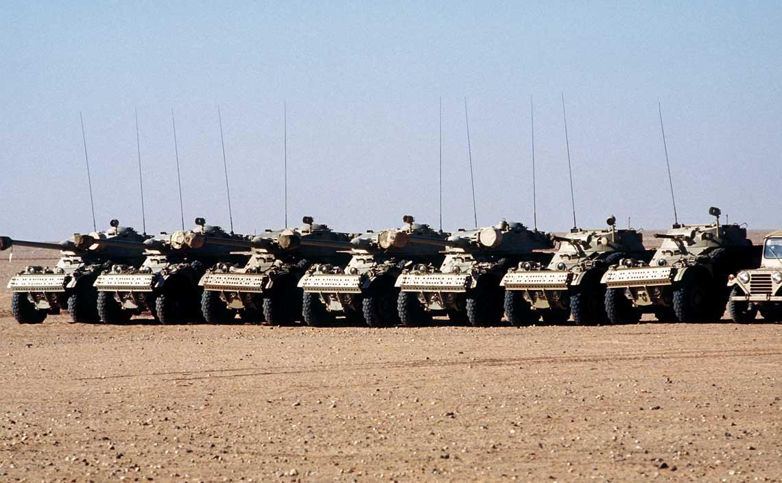 """Saudyjskie samochody pancerne AML-90 oraz AML-60 przekazane w 1990 r. Armii Nigru, biorącej udział w operacji """"Desert Shield""""."""
