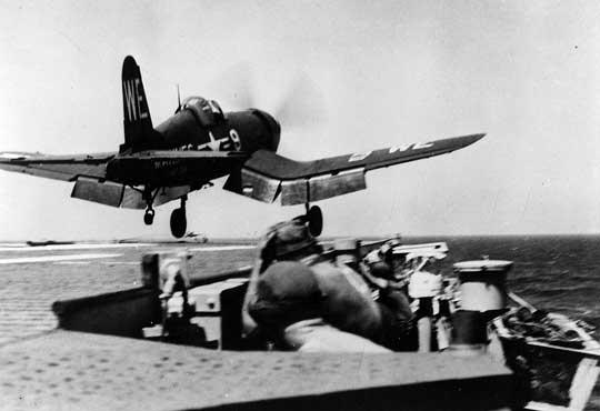 Corsair z VMF-214 startuje z pokładu lotniskowca eskortowego USS Sicily od pierwszego nalotu lotnictwa Marines wwojnie koreańskiej; 3 sierpnia 1950 r.