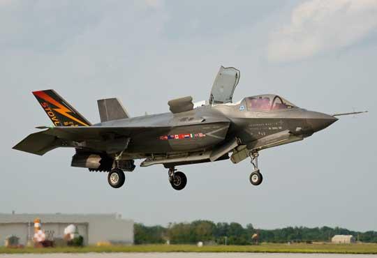 Pierwszy egzemplarz F-35B (BF-01) został oblatany 11 czerwca 2008 r. przez pilota firmy BAE Systems Grahama Tomlinsona. Na boku kadłuba namalowano miniaturki flag dziewięciu krajów uczestniczących wprogramie JSF, apod kokpitem loga firm Lockheed Martin, Northrop Grumman iBAE Systems.