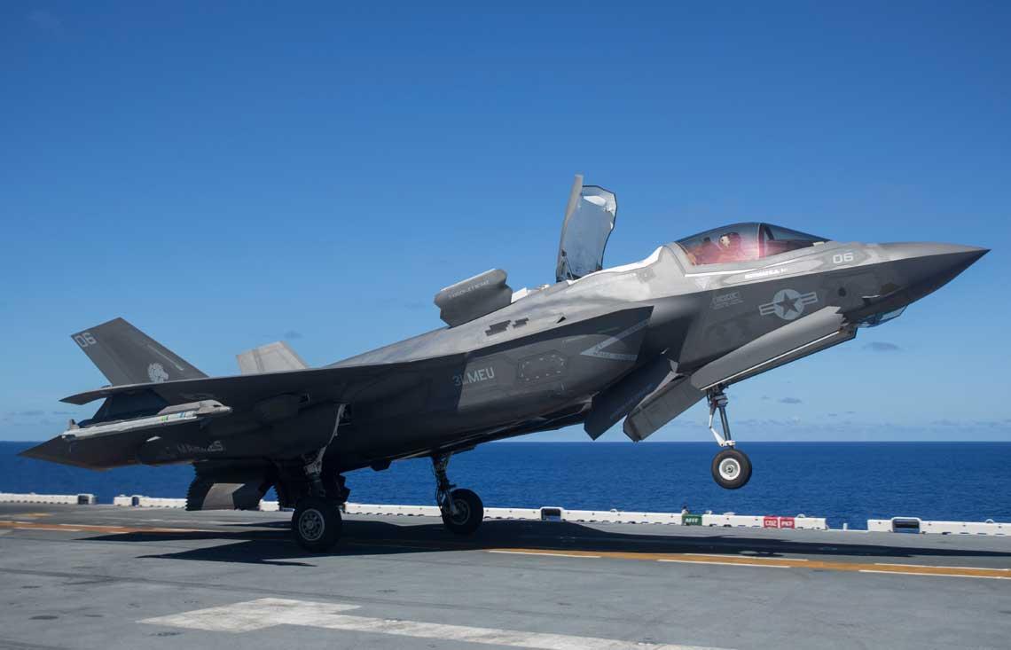"""F-35B (BF-50; 169292; 06/VK) z VMFA-121 startuje z pokładu USS Wasp, Morze Filipińskie, 7 czerwca 2019 r. Na czas tury operacyjnej samoloty F-35B zostały przydzielone do VMM-265(R) z 31st MEU. VMFA-121 """"Green Knights"""" to pierwsza eskadra operacyjna wyposażona w F-35B. Wstępną gotowość bojową uzyskała 31 lipca 2015 r."""