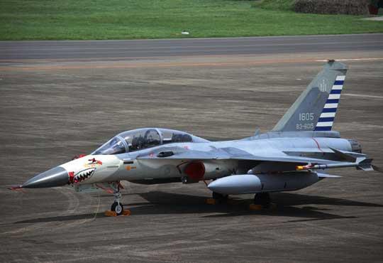 Foto górne: w latach 1990-2000 zbudowano 131 samolotów myśliwskich F-CK-1 Ching-Kuo, w tym: 103 jednomiejscowe F-CK-1A i28 dwumiejscowych F-CK-1B (nie licząc czterech prototypów). W latach 2009-2017 zmodernizowano je do standardu F-CK-1C i F-CK-1D.