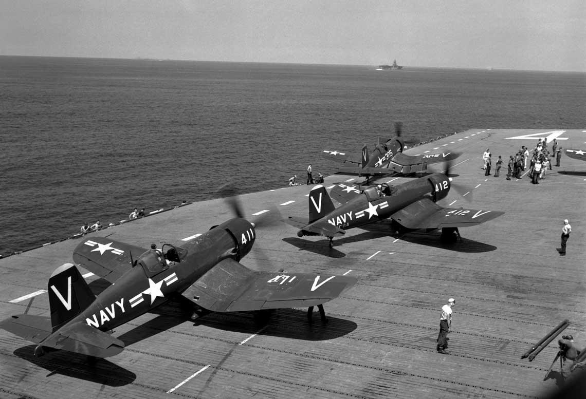 F4U-4B z dywizjonów VF-113 i -114 w trakcie przygotowania do startu z pokładu USS Philippine Sea.