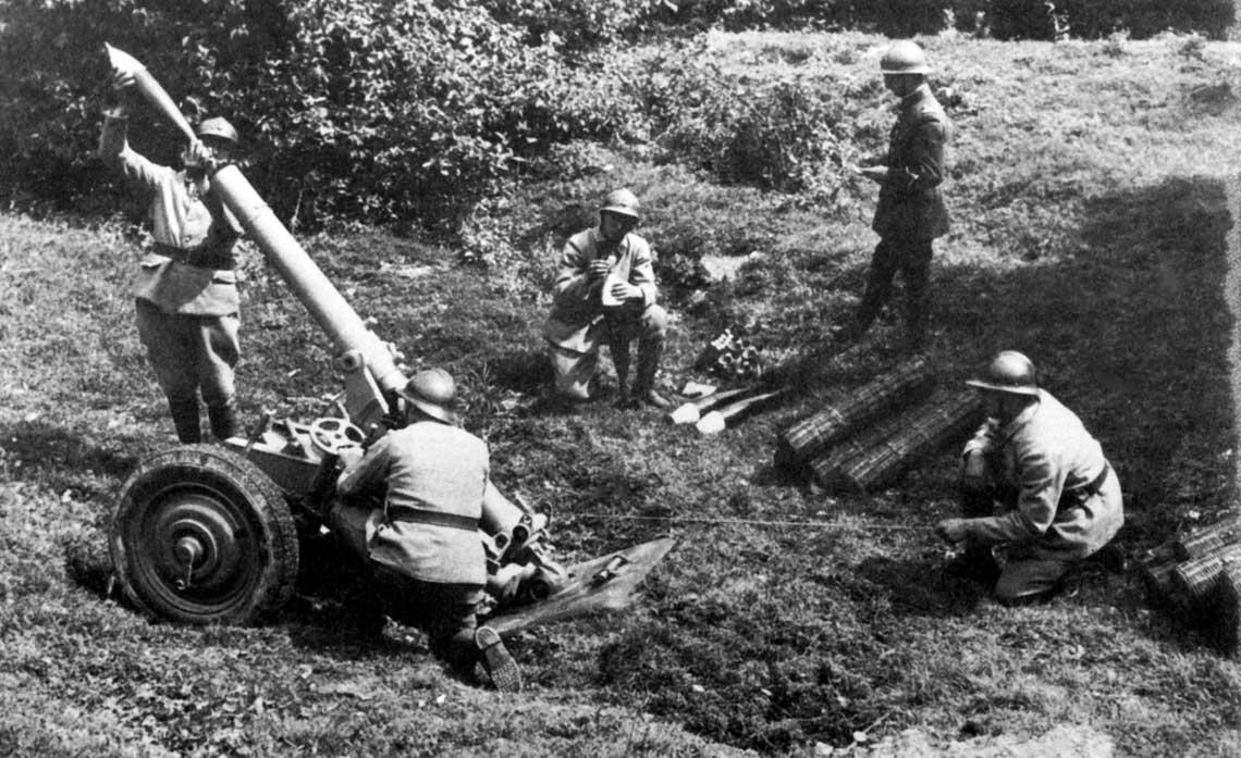 Francuski moździerz kalibru 120 mm na stanowisku bojowym. Konstrukcyjnie broń ta różniła się wyraźnie od lżejszych, 81 mm wariantów oferowanych przez Stockes-Brandt.