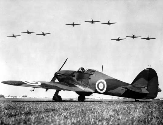 Hawker Hurricane wczesnych serii produkcyjnych na przedwojennym zdjęciu w typowym wówczas ugrupowaniu bojowym RAF Fighter Command, złożonym z trójsamolotowych kluczy.