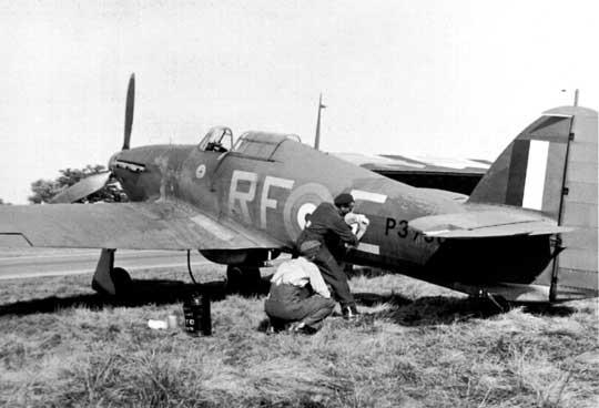 Przemalowywanie litery kodowej na Hurricane I z polskiego 303. Dywizjonu RAF, który w czasie Bitwy o Wielką Brytanię walczył w składzie 11. Grupy RAF Fighter Command.