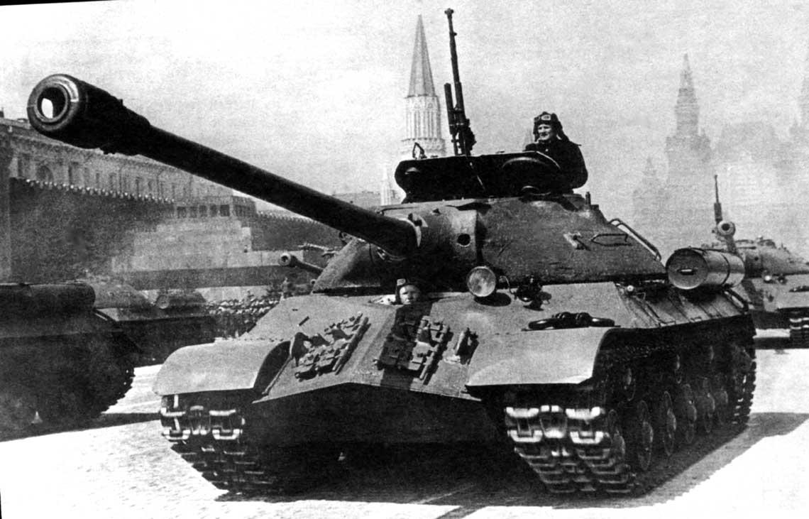 Czołg ciężki IS-3 podczas defilady; Moskwa, 1maja 1949 r.