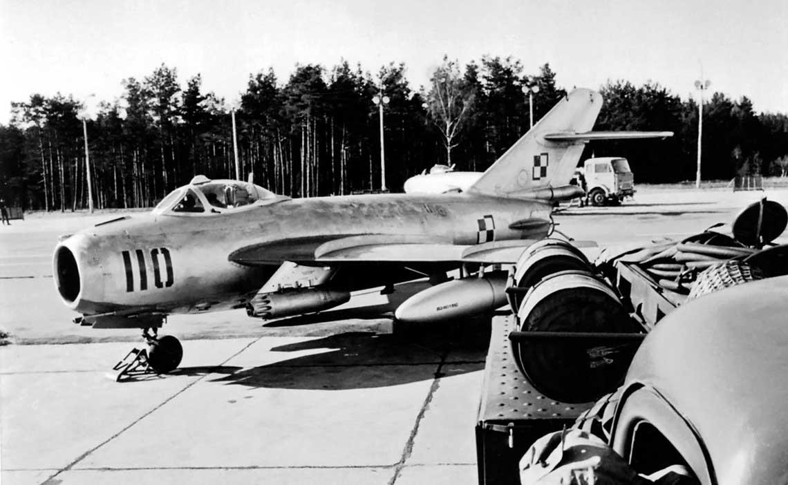 Lim-6bis 1F01-10 na lotnisku Siemirowice w latach 70. Zbudowano go jako Lim-5M i następnie przerobiono do jednolitego standardu. Zdjęcie wykonano przed remontem głównym podczas którego samoloty otrzymywały wielobarwny kamuflaż maskujący.