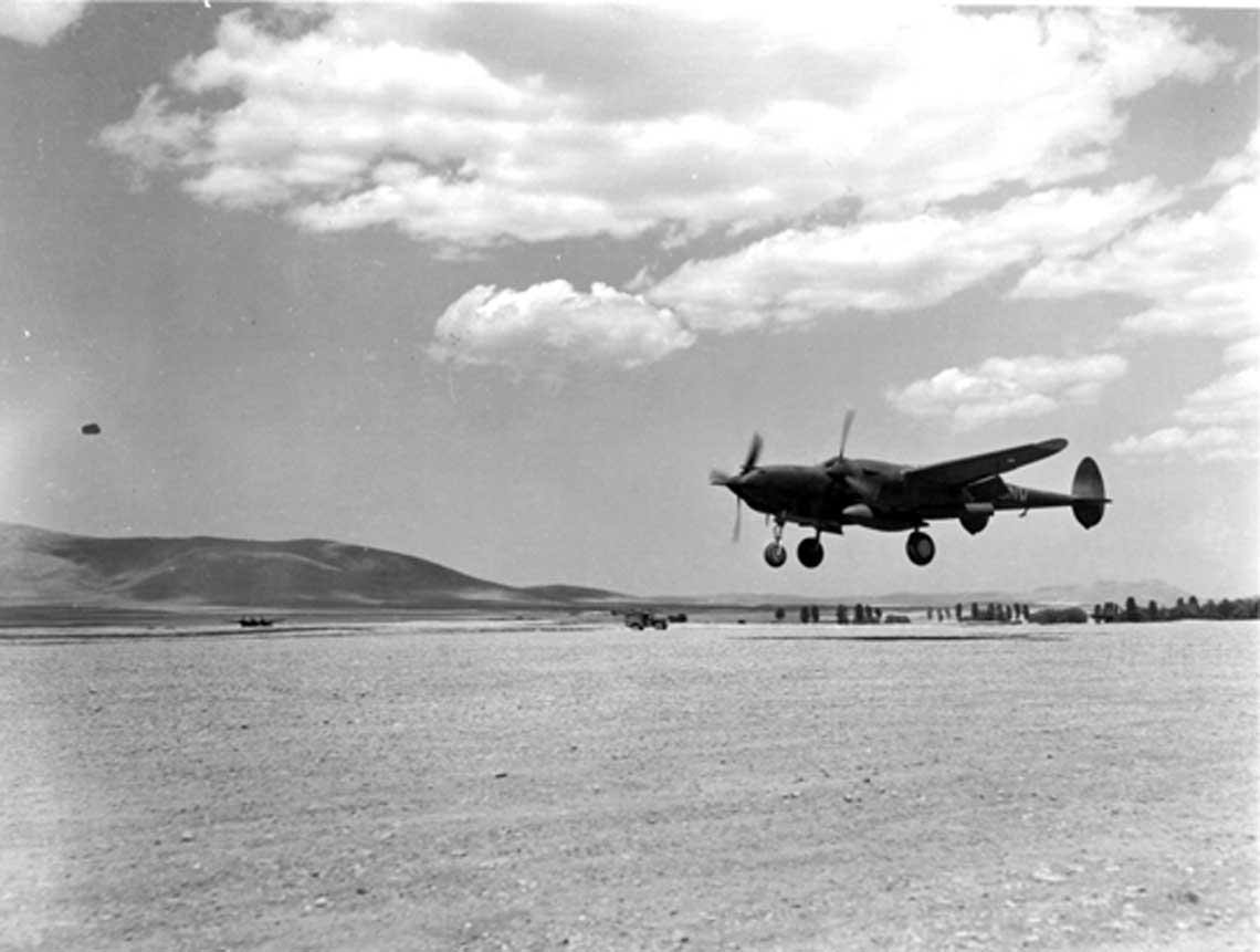 Samolot myśliwski P-38 Lightning z 1. FG podchodzi do lądowania na jednym lotnisk polowych przy granicy z Tunezją.