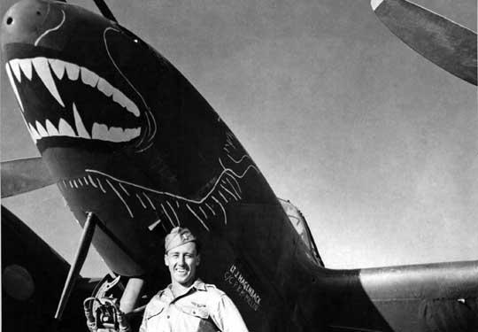 """Porucznik James Hagenback z 1. FG przy swoim Lightningu o imieniu """"Bat Out of Hell""""."""