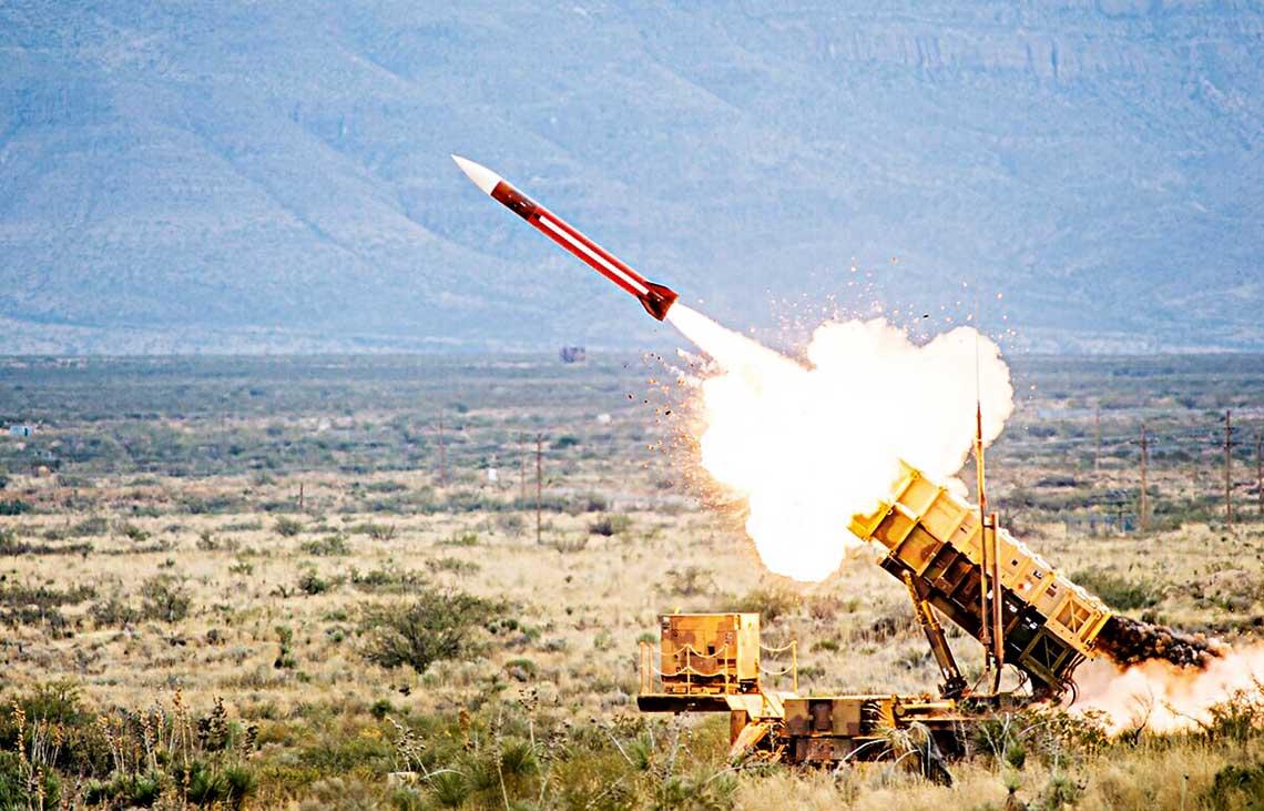Raytheon to obecnie trzecia największa firma sektora zbrojeniowego inajwiększy producent pocisków rakietowych na świecie. Jej fuzja zUTC wzmocni pozycję przedsiębiorstwa wbranży do tego stopnia, że połączony podmiot będzie mógł walczyć opalmę pierwszeństwa zsamym Lockheed Martinem. United Technologies Corporation, chociaż jest podmiotem znacznie większym od Raytheona, wnowy układ nie wchodzi zpozycji siły. Fuzja dotknie wyłącznie działy związane zsektorem lotniczo-rakietowym izbrojeniowym, asam zarząd napotyka poważne przeszkody wśród własnych akcjonariuszy co do ogłoszonego procesu konsolidacji.