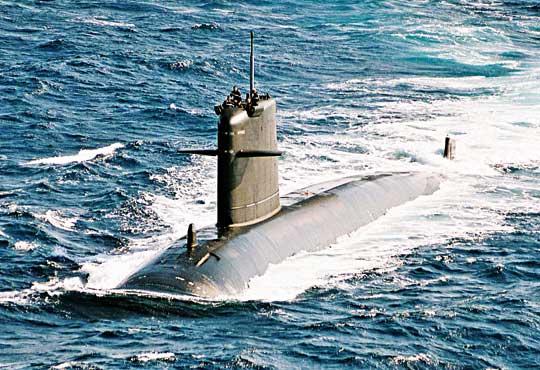 """Rubisy to najmniejsze na świecie bojowe okręty podwodne znapędem atomowym, co ograniczało ich zastosowanie. WBarracudach usunięto wady poprzedników. Na zdjęciu Saphir po modernizacji AMETHYSTE z""""nowym"""" kadłubem kroplowym."""