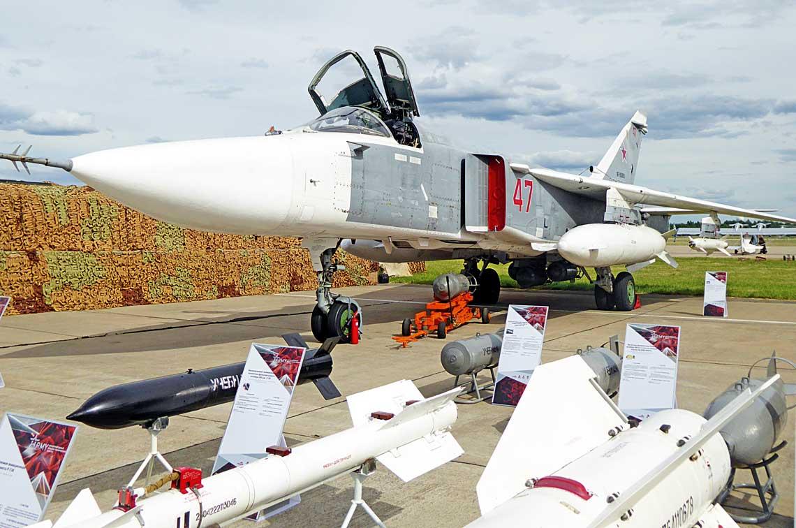 """Su-24M2 w""""syryjskim"""" ukryciu polowym zbogatym zestawem uzbrojenia."""