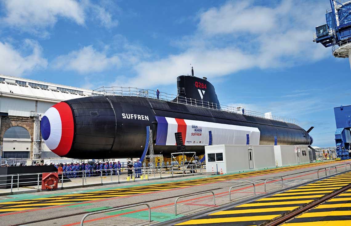 Suffren, prototypowy okręt podwodny typu Barracuda, wczasie prezentacji 12 lipca. Jednostkę cechuje dopracowany kształt hydrodynamiczny kadłuba. Na rufie widać usterzenie wkształcie litery X, zastosowane po raz pierwszy na okręcie atomowym. Ozdobny banner zakrywa antenę sonaru burtowego o powierzchni około dwukrotnie większej od zastosowanych na zmodernizowanych Rubisach czy konwencjonalnych Scorpène.