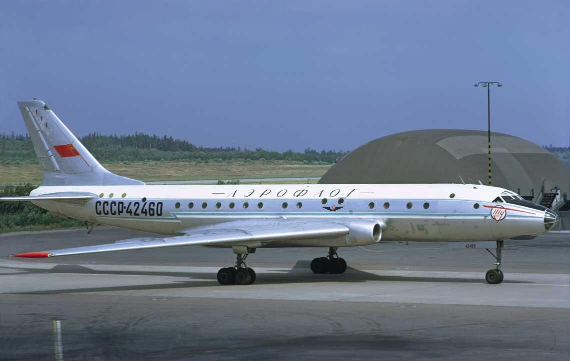 W okresie swojej świetności Tu-104 ustanowiły 26 rekordów świata dla samolotów pasażerskich wzakresie: prędkości lotu, udźwigu izasięgu. Na zdjęciu: samolot Tu-104B w porcie lotniczym Sztokholm-Arlanda.