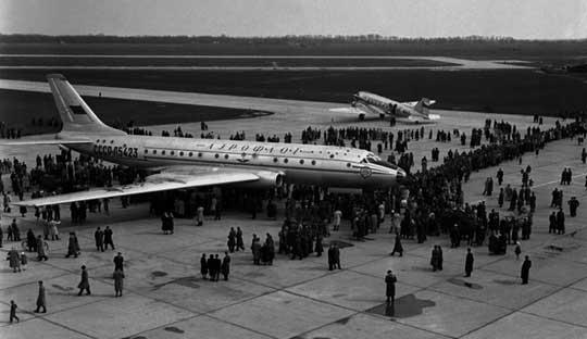 Latem 1956 r. Tu-104 realizował cykl lotów reklamowo-propagandowych, odwiedzając kilka stolic państw socjalistycznych, wtym: Warszawę, Pragę i Budapeszt. WPolsce samolot zaprezentowano na lotnisku Bemowo, gdzie obejrzało go 100 tys. osób. Na zdjęciu prezentacja wPradze.