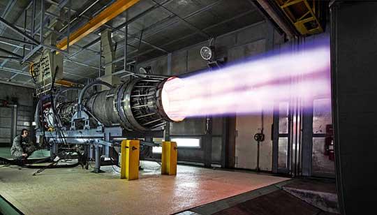 UTC to właściciel Pratt & Whitney, jednego znajwiększych na świecie producentów silników zarówno do samolotów cywilnych, jak iwojskowych. Na zdjęciu próba popularnego silnika F100-PW-229, napędzającego m.in. polskie Jastrzębie.