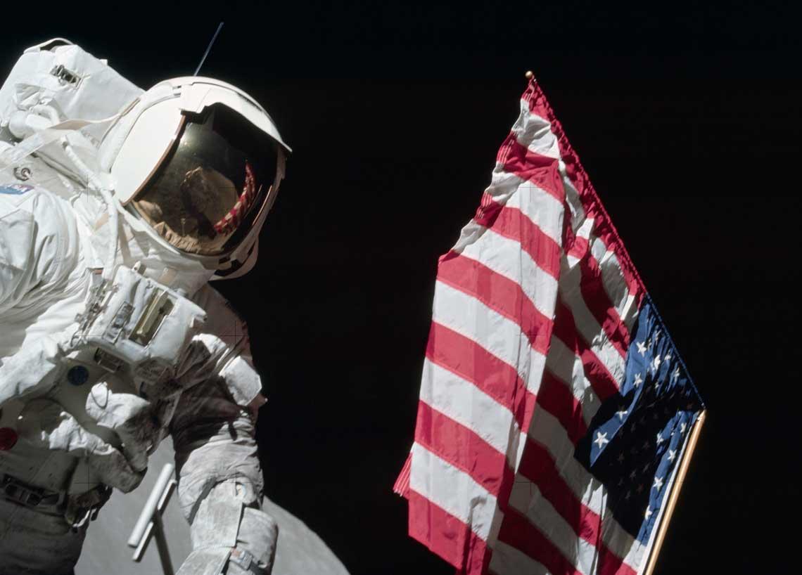 Symboliczna fotografia amerykańskiej flagi wskazującej Ziemię; misja  Apollo-17, 1972 r.