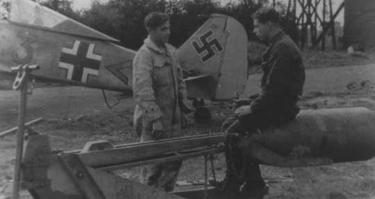 """Zbrojmistrze przy samolocie myśliwsko-bombowym Fw 190 A-2, W.Nr. 081, """"niebieska 3"""" z10.(Jabo)/JG 2."""
