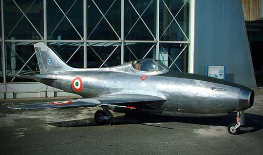 Myśliwiec z napędem odrzutowym Aerfer Sagittario 2 był pierwszym samolotem włoskiej konstrukcji, który przekroczył prędkość dźwięku w locie nurkowym.Myśliwiec z napędem odrzutowym Aerfer Sagittario 2 był pierwszym samolotem włoskiej konstrukcji, który przekroczył prędkość dźwięku w locie nurkowym.