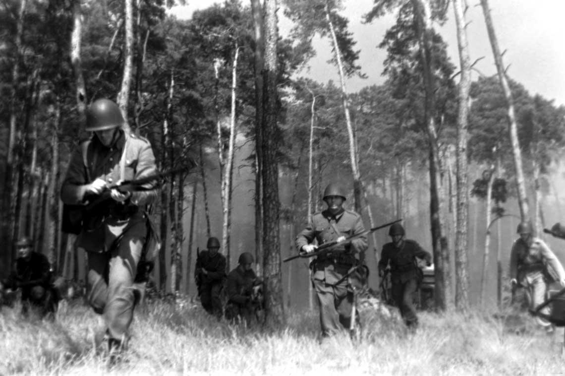 Polska piechota w natarciu w czasie Bitwy nad Bzurą we wrześniu 1939 r. Niestety, nie jest tooryginalne zdjęcie z tamtego okresu, a jedynie współczesna rekonstrukcja historyczna.