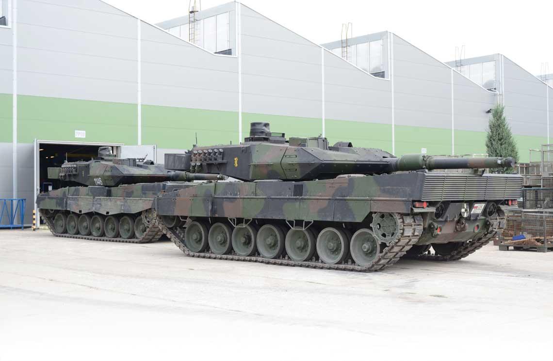 Czołgi Leopard 2A5 przed halą Wojskowych Zakładów Motoryzacyjnych S.A. Obsługa tych wozów leży w gestii poznańskiej placówki.