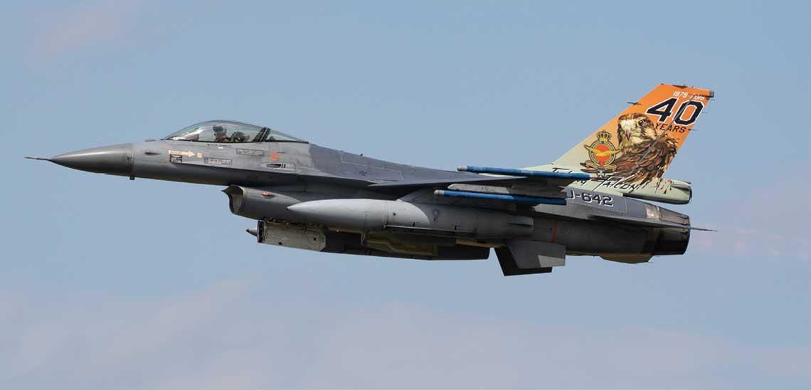Samolot myśliwski F-16AM o numerze seryjnym J-642, z okolicznościowym malowaniem na stateczniku upamiętniającym 40 lat służby samolotów tego typu w RNLAF.