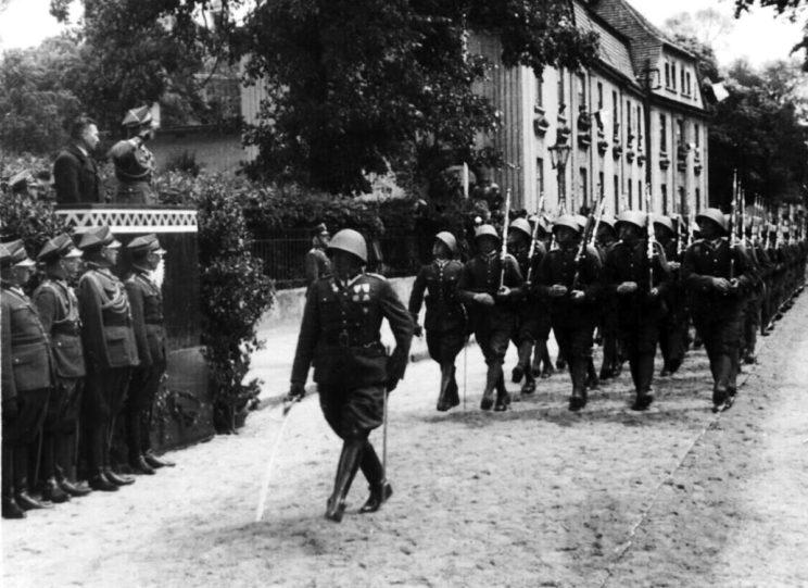 """Polskim żołnierzom nie brakowało odwagi, ducha walki i poświęcenia, choć zdarzały się także przypadki dezercji i pijaństwa, głównie wśród nie-polskich narodowościowo żołnierzy. Armia """"Poznań"""" była tym związkiem operacyjnym Wojska Polskiego, w którym wysokie morale zostało utrzymane do końca."""
