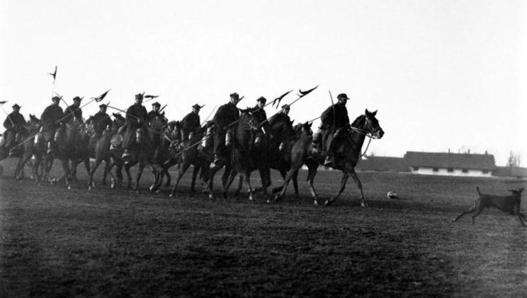 Kawaleria na przedwojennych ćwiczeniach. Do szybkich manewrów we wrześniu 1939 r., poza dwoma brygadami zmotoryzowanymi (jedna w trakcie formowania), Wojsko Polskie miało tylko konnicę.