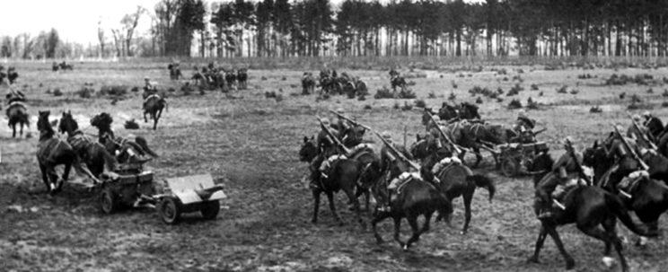 Pododdział przeciwpancerny brygady kawalerii w marszu. Jeśli polska kawaleria we wrześniu 1939 r. walczyła z niemieckimi czołgami, to właśnie tymi doskonałymi armatami Bofors kal. 37 mm (wytwarzanymi u nas na podstawie szwedzkiej licencji), a nie szabelkami…