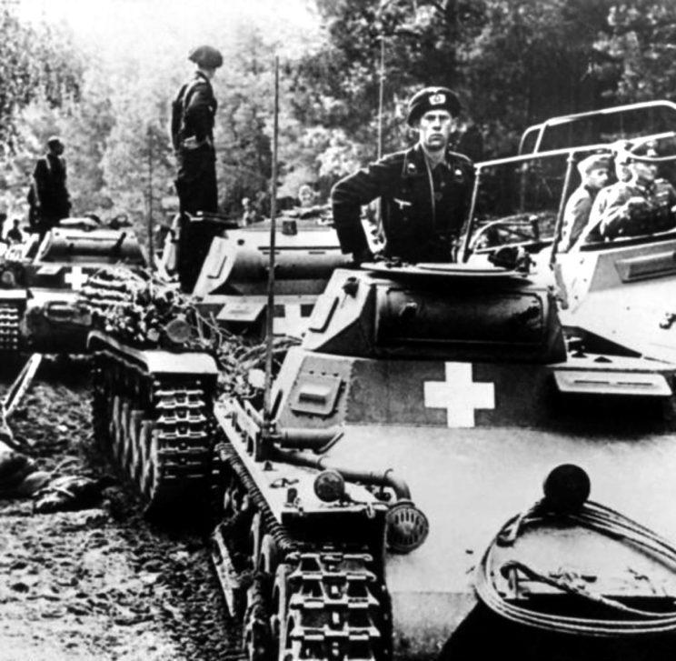 Niemieckie wojska pancerne w Polsce. Zawrócenie 1. i 4. Dywizji Pancernej oraz 2. i 3. Dywizji Lekkiej spod Warszawy, a także nie mniej niż trzech dywizji piechoty, znacznie opóźniło szturm na stolicę.