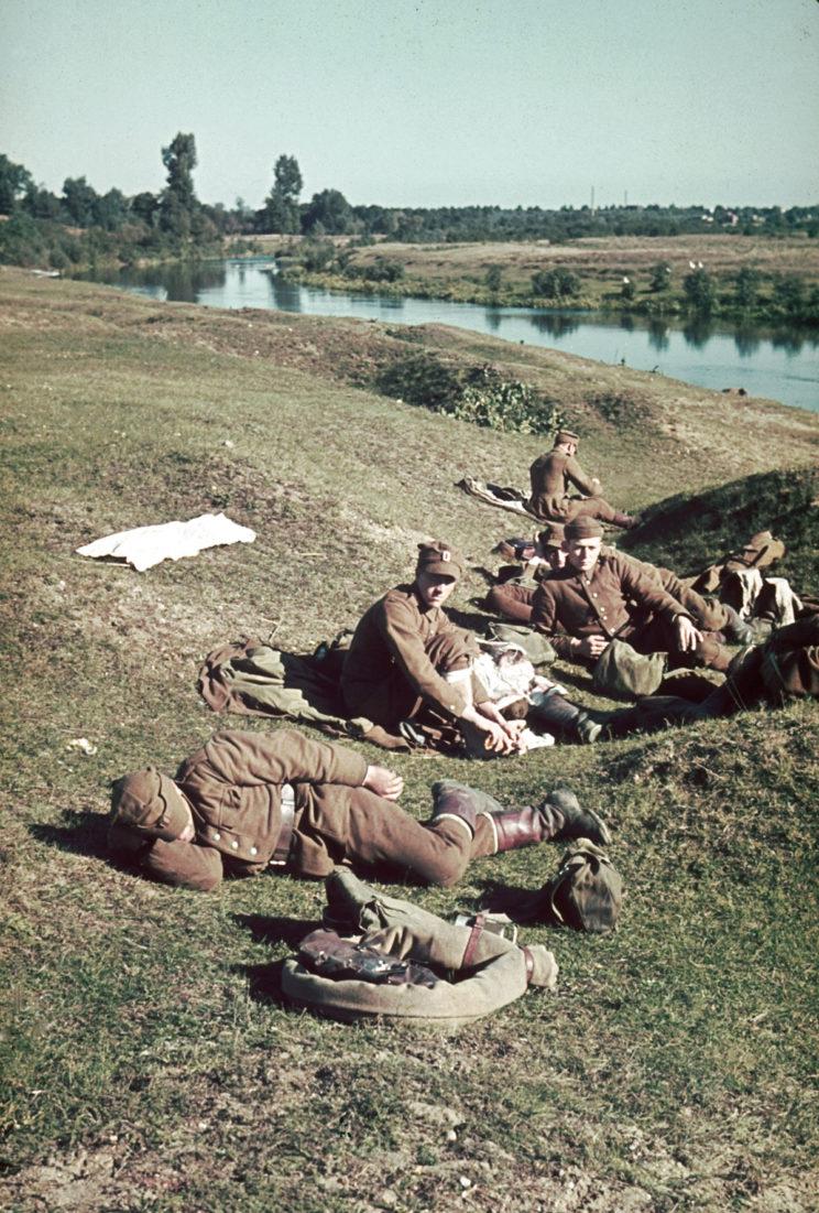 Polska piechota w czasie odpoczynku. Zdjęcie przypuszczalnie wykonano przed wybuchem wojny polsko-niemieckiej 1939 r. (zdjęcie koloryzowane współcześnie).