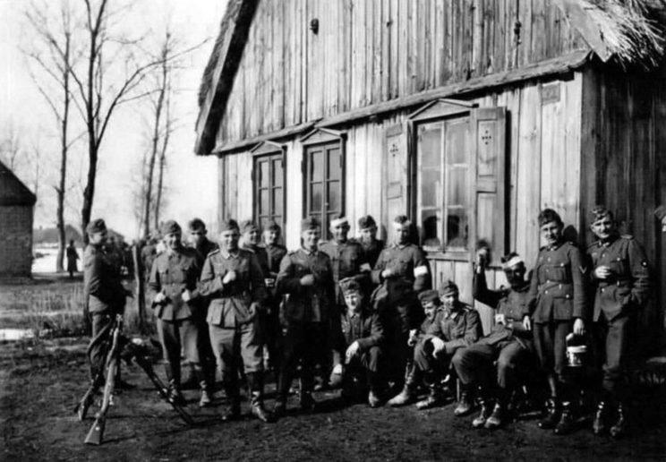 Niemieccy żołnierze w trakcie krótkiego odpoczynku na przedmieściach Piotrkowa Trybunalskiego. Jak widać, są zadowoleni z rezultatów pierwszych dni walk. Potem nie będzie już tak dobrze…