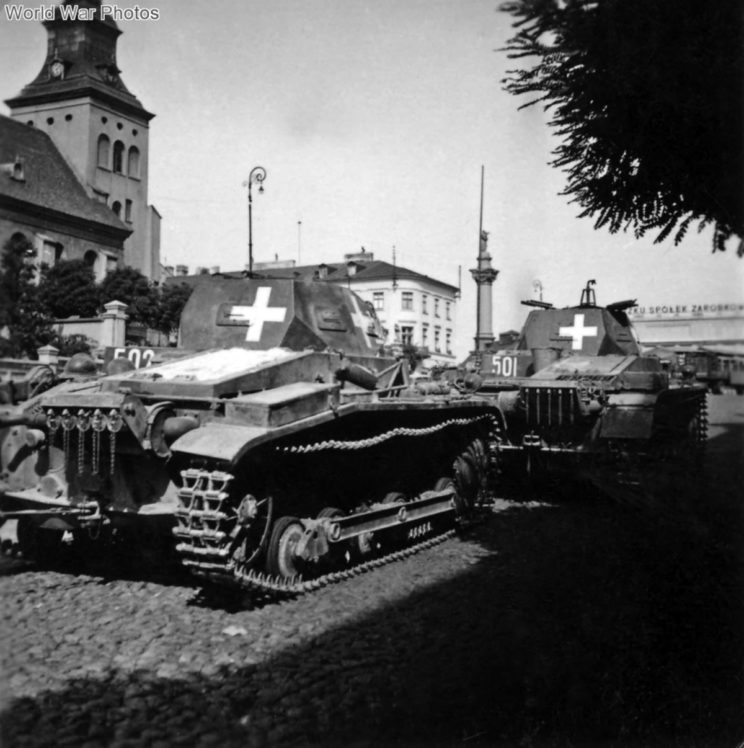"""Droga na stolicę Polski stanęła otworem, po tym jak Armia """"Łódź"""", unikając niemieckiego uderzenia odeszła pod Szadek i Łask, odsłaniając kierunek na Warszawę. Na zdjęciu: Panzer II z 1. DPanc w Piotrkowie."""