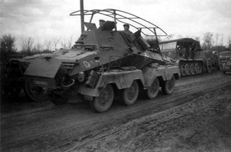 Ciężki kołowy transporter dowodzenia jednostkami rozpoznawczymi SdKfz 263, należący do 8. Batalionu Rozpoznawczego wchodzącego w skład 3. Dywizji Lekkiej.